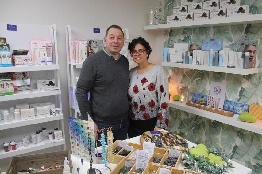 Denis Bocage et Renée Champagne, dans leur nouveau magasin à Lisieux (Calvados). (©Le Pays d'Auge)